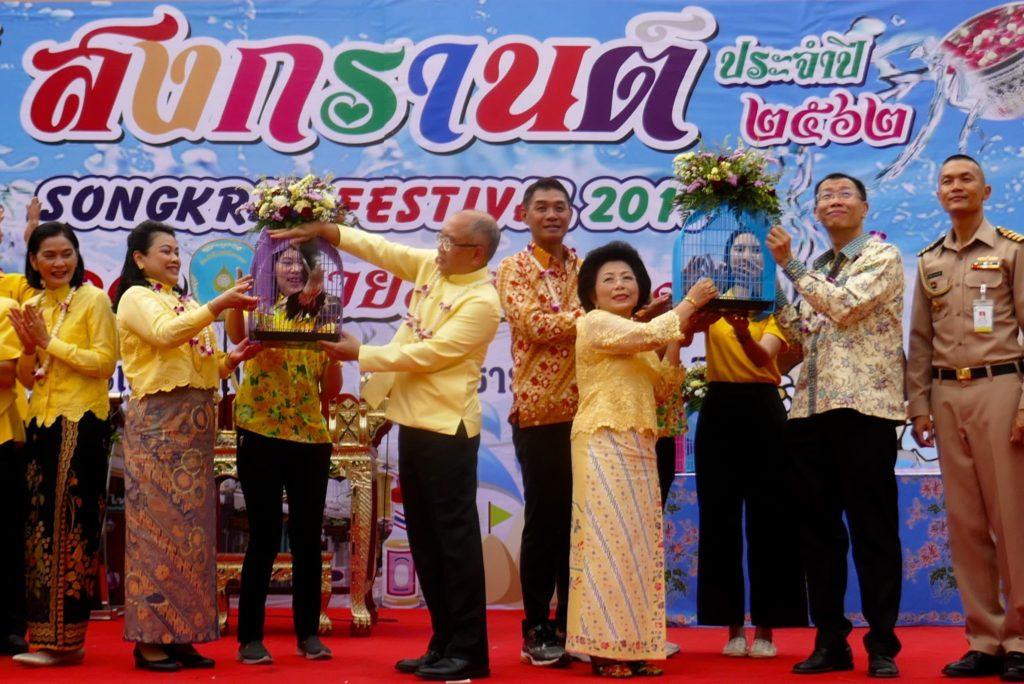 Songkran in Phuket Town. Rituelle Freilassung von Vögeln während der Songkran-Eröffnung.