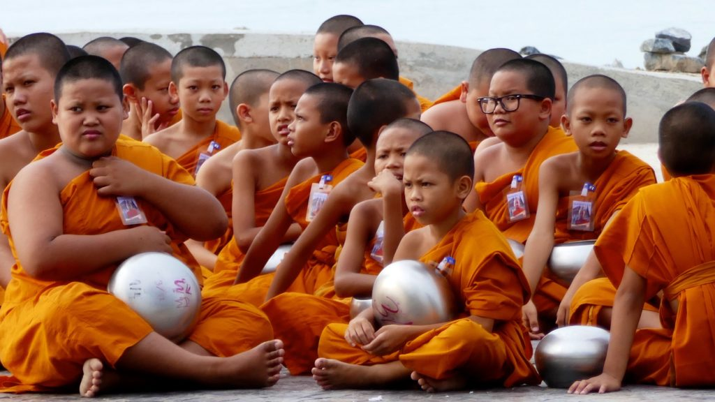 Songkran in Phuket Town. Novizen warten auf Tak Bat.