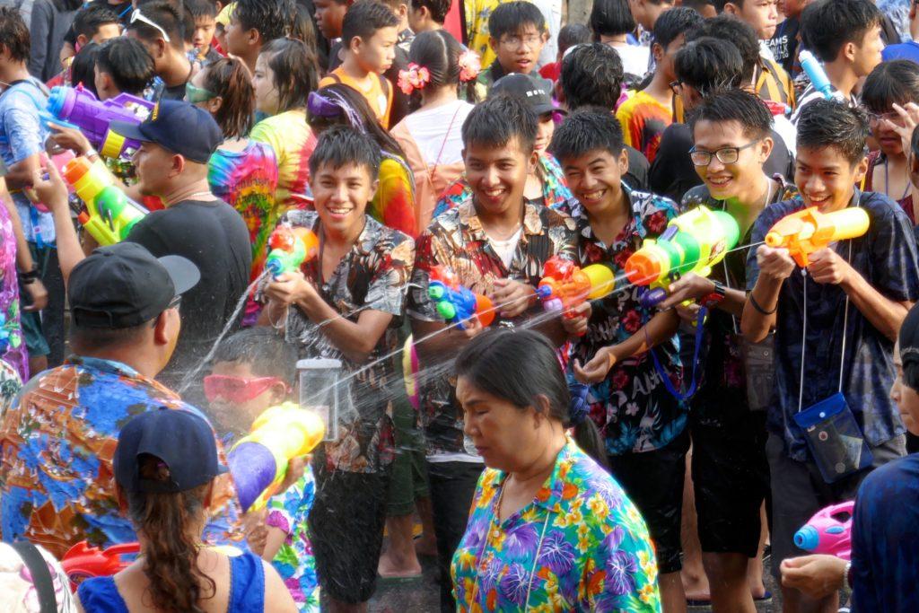 Songkran in Phuket Town. In der Dibuk Road bliebt niemand trocken.