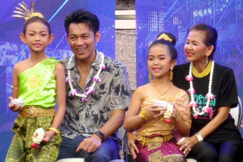Festliche Familienrituale zu Songkran in Phuket Town.