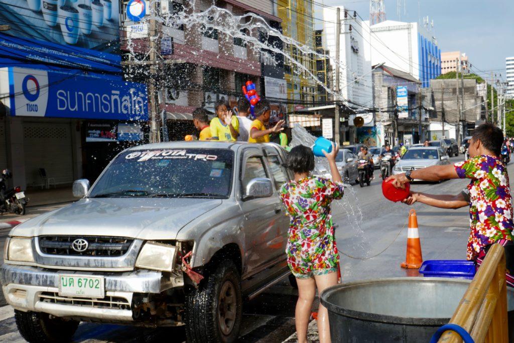 Songkran in Phuket Town. Wilde Wasserschlacht auf der Straße.