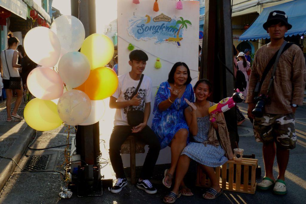Lard Yai in Phuket Town. Songkran-Fotokulisse auf dem sonntäglichen Nachtmarkt.