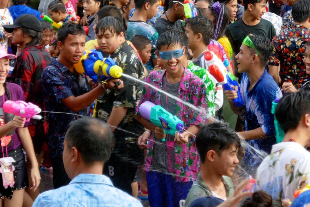 Songkran in Phuket Town. Beim thailändischen Neujahrsfest bleibt niemand trocken.