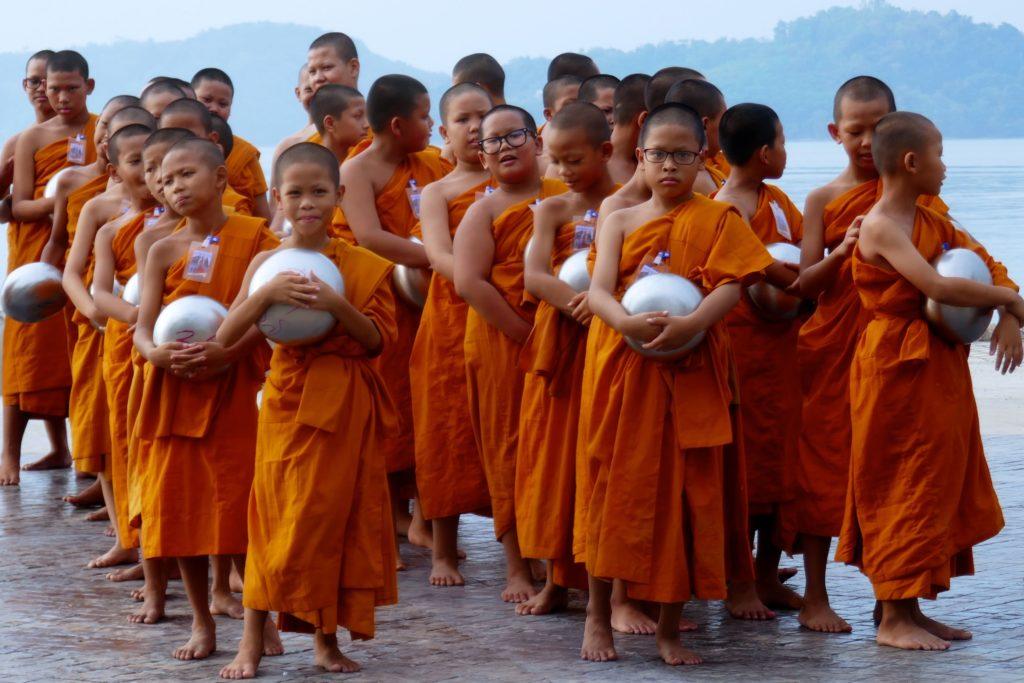 Songkran in Phuket Town. Nachwuchsmönche warten auf die Tak-Bat-Zeremonie.