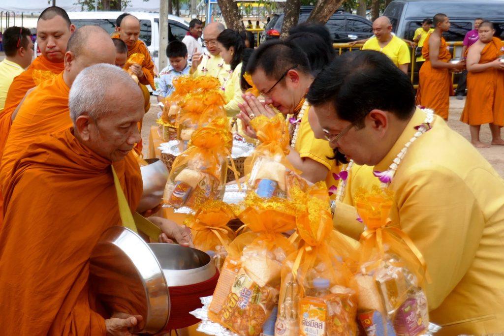 Tak Bat während Songkran in Phuket Town. Der oberste Mönch, Phra Rachasirimuni, empfängt Nahrungsspenden.