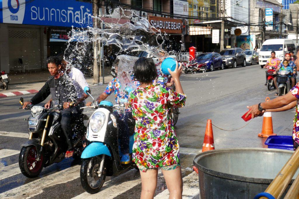 Songkran in Phuket Town. Wasserschlacht auf der Straße.