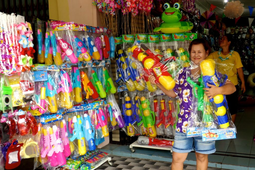 Songkran in Phuket Town. Verkauf von Utensilien für die große Wasserschlacht.