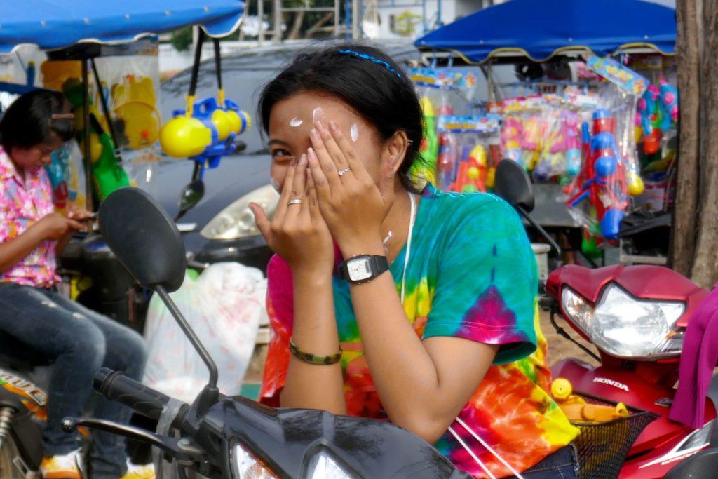 Songkran in Phuket Town. Gehört auch zu Songkran dazu: Puder ins Gesicht, bei sich und bei anderen.