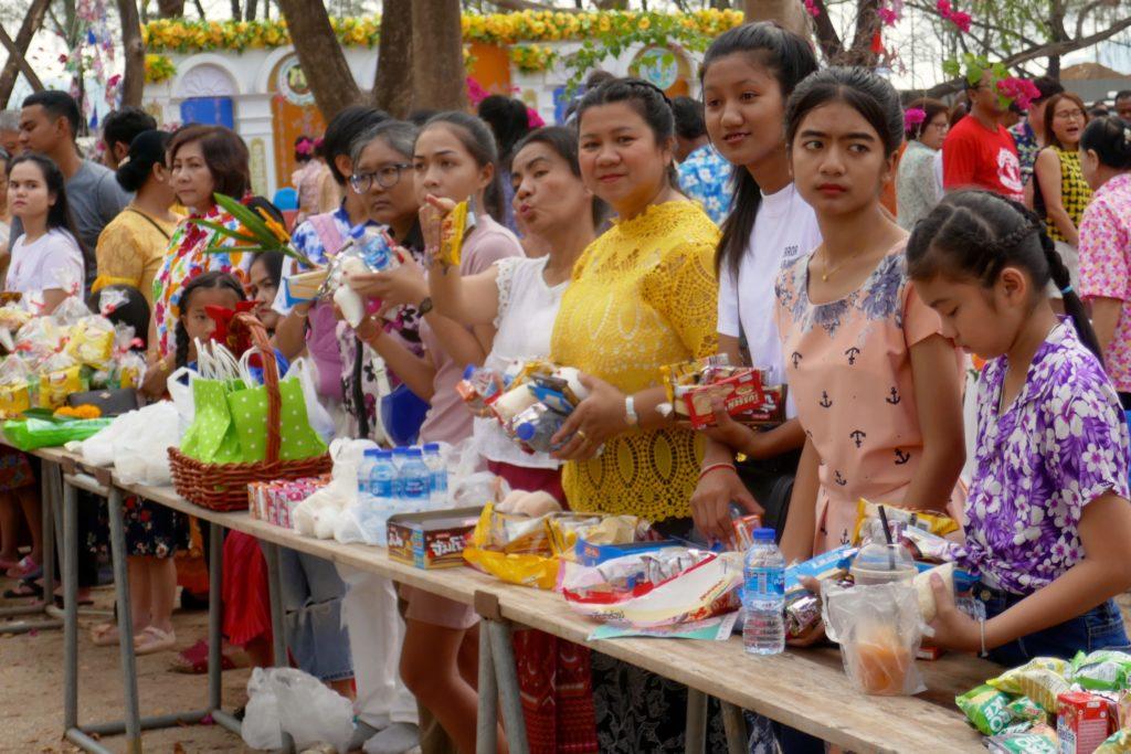 Tak Bat in Phuket Town. Gäste sind bereit für die Almosengabe.