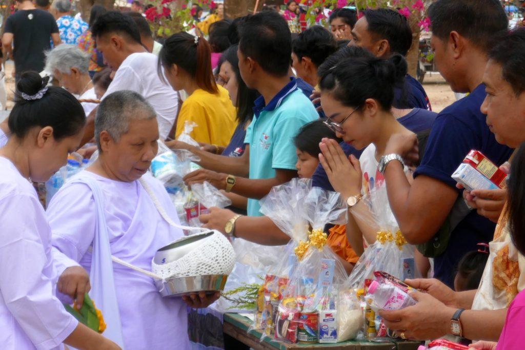 Tak Bat in Phuket Town. Traditionelle Übergabe von Nahrungsspenden an Nonnen.