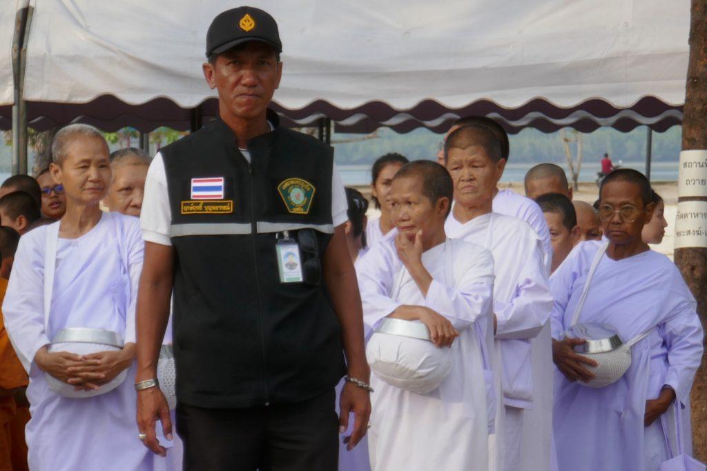 Tak Bat in Phuket Town. Auch einige Nonnen nehmen am Ritual teil.