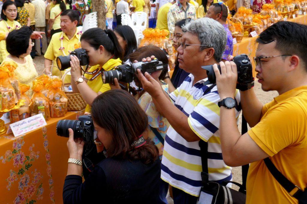 Tak Bat in Phuket Town. Fotografen bei der Arbeit.