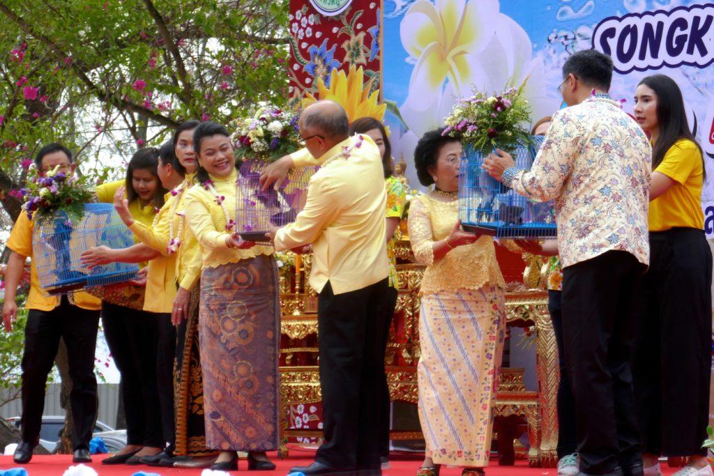 Tak Bat in Phuket Town. Die Ehrengäste bei der rituellen Freilassung von Vögeln.
