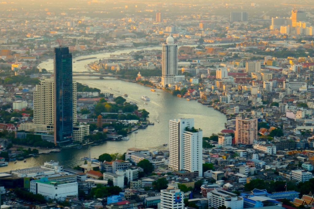 Blick auf das abendliche Bangkok mit dem Chao Phraya vom MahaNakhan Tower.