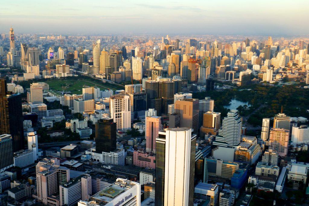 Blick vom MahaNakhon Tower auf den Moloch Bangkok.