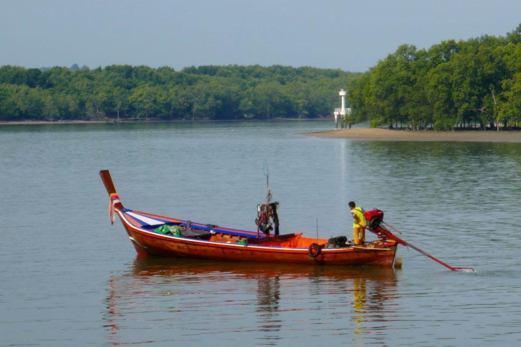 Ein kleines Boot verlässt den Hafen von Ranong.