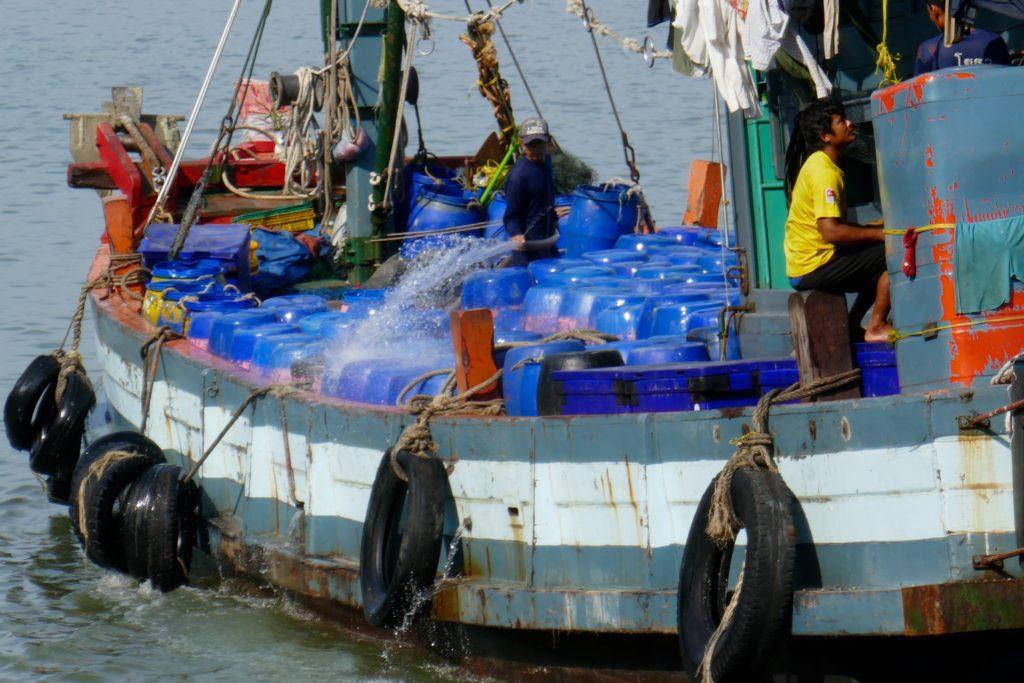 Hafen von Ranong. Auslaufender Fischkutter.