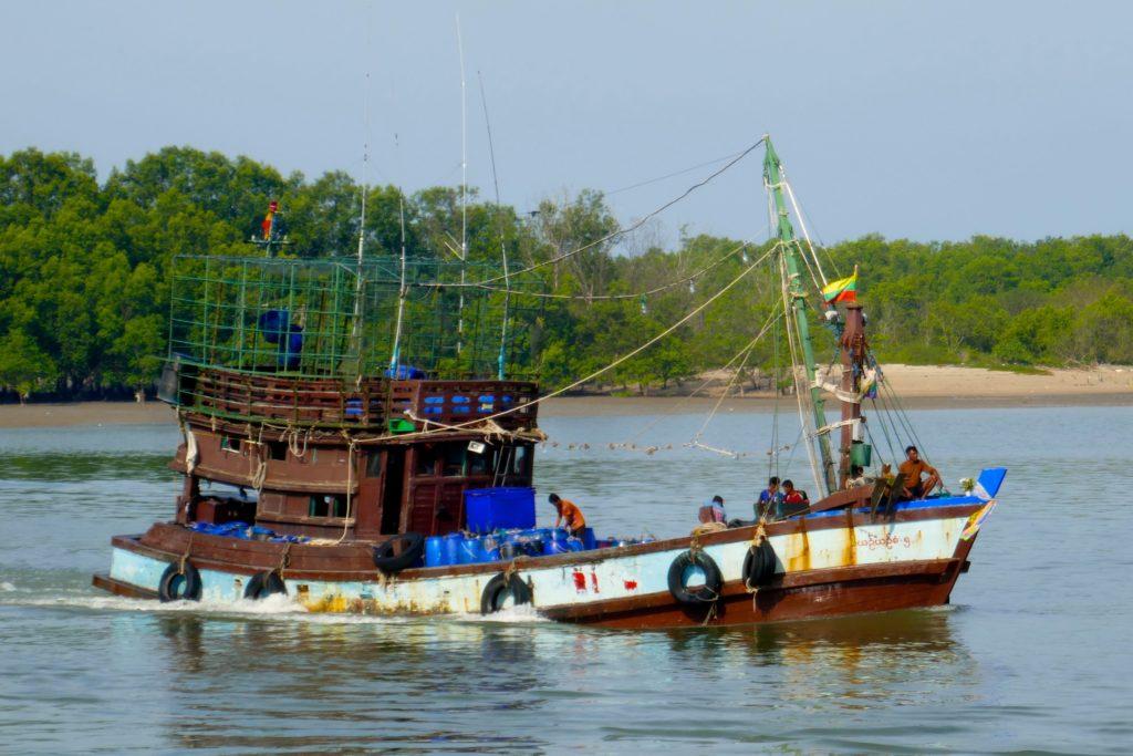 Hafen von Ranong. Ein Fischkutter kehrt zurück.