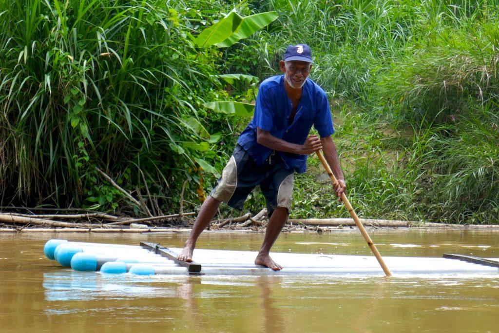 Menschen in Ranong. Flossfahrt in der grünen Umgebung der Provinzhauptstadt ranong.