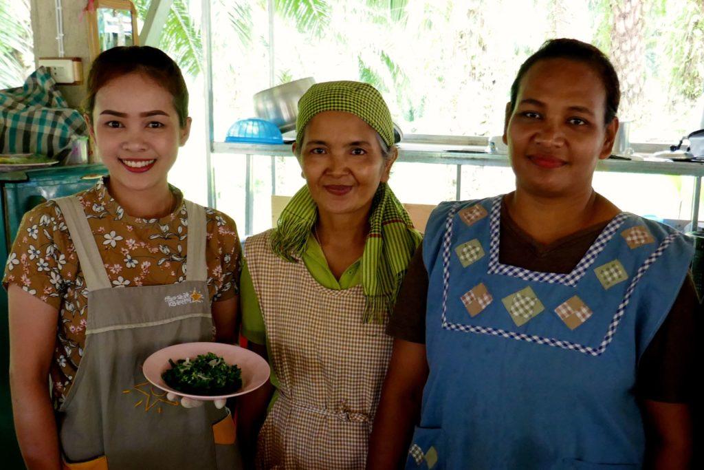 Menschen in Ranong. Drei Damen, die für thailändische Gaumenfreuden sorgen.