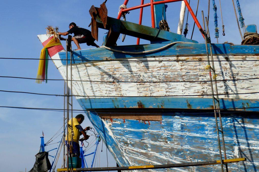 Hafen von Ranong. Werftarbeiten.