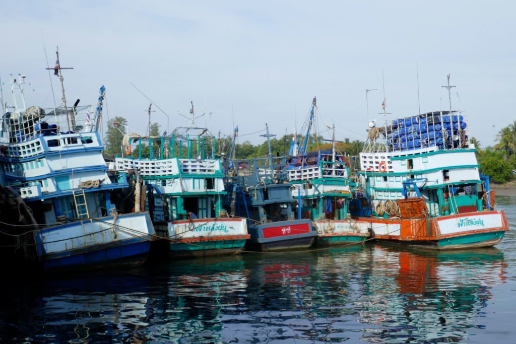 Bunte Boote im Hafen von Ranong.