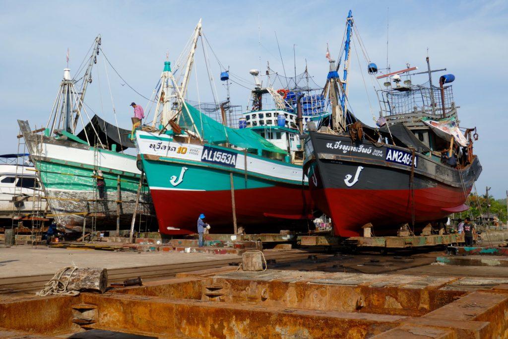 Hafen von Ranong. Aufgedeckte Kutter auf dem Werftgelände.