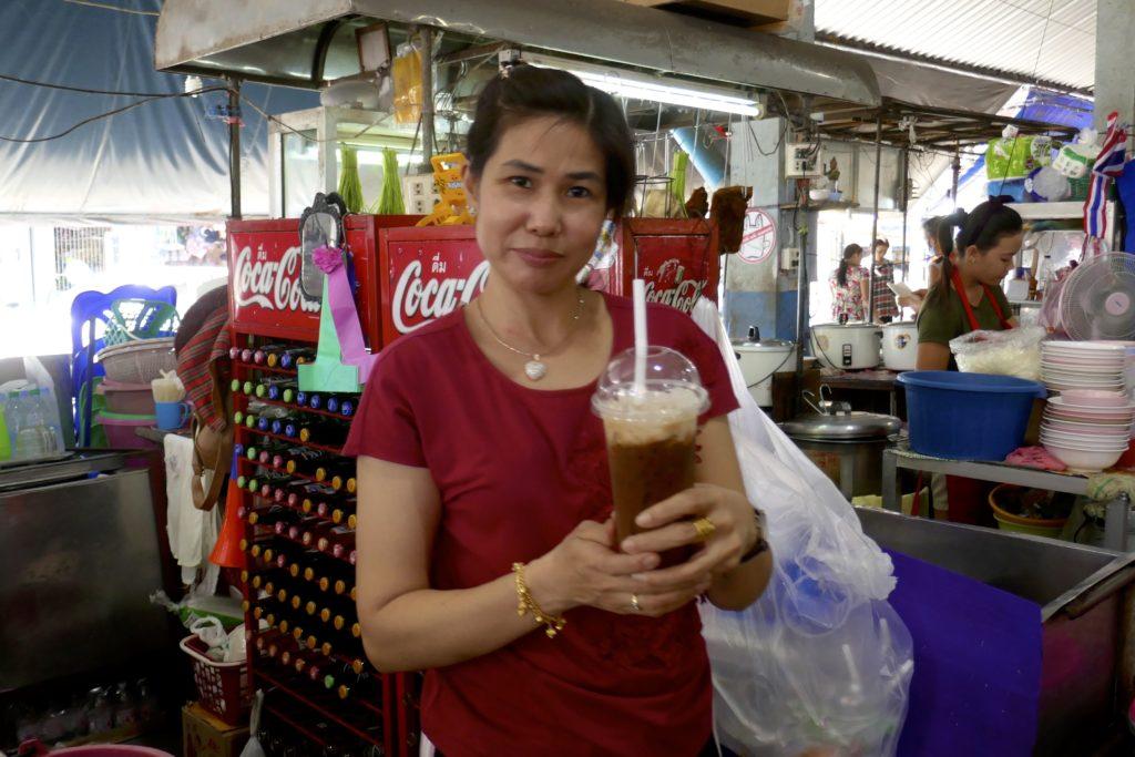 Menschen in Ranong. Kaffee auf dem Muang Ranong Municipal Food Market.