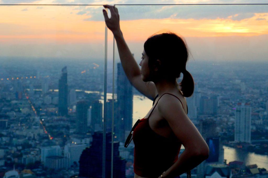Blick von der Aussichtsplattform des MahaNakhon Tower in der Abendstimmung.