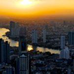 Aussicht vom Mahanakhon Tower auf Bangkok im Sonnenuntergang.