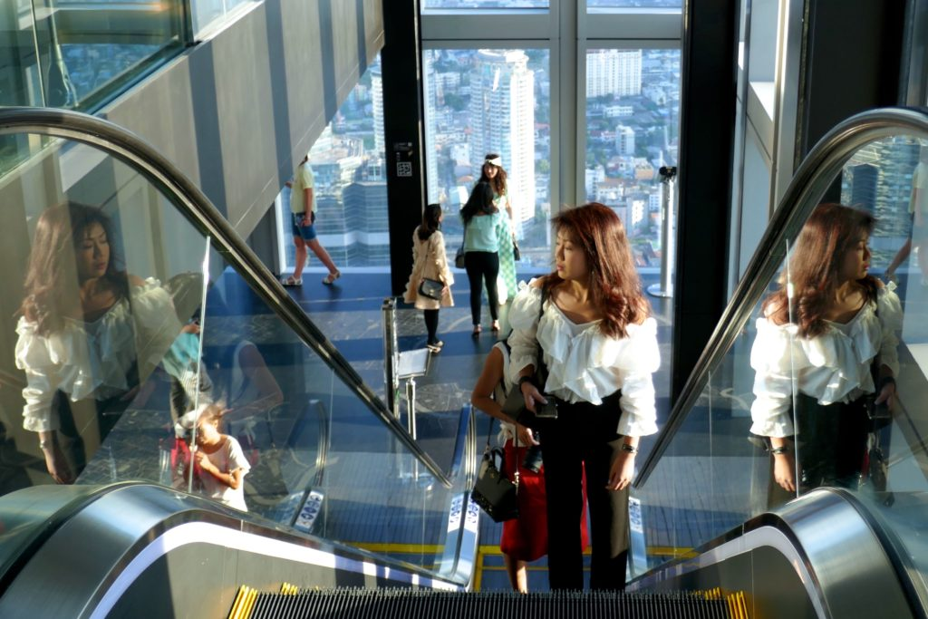 MahaNakhon Tower, Bangkok. Auf der Rolltreppe, die letzten Meter nach ganz oben.