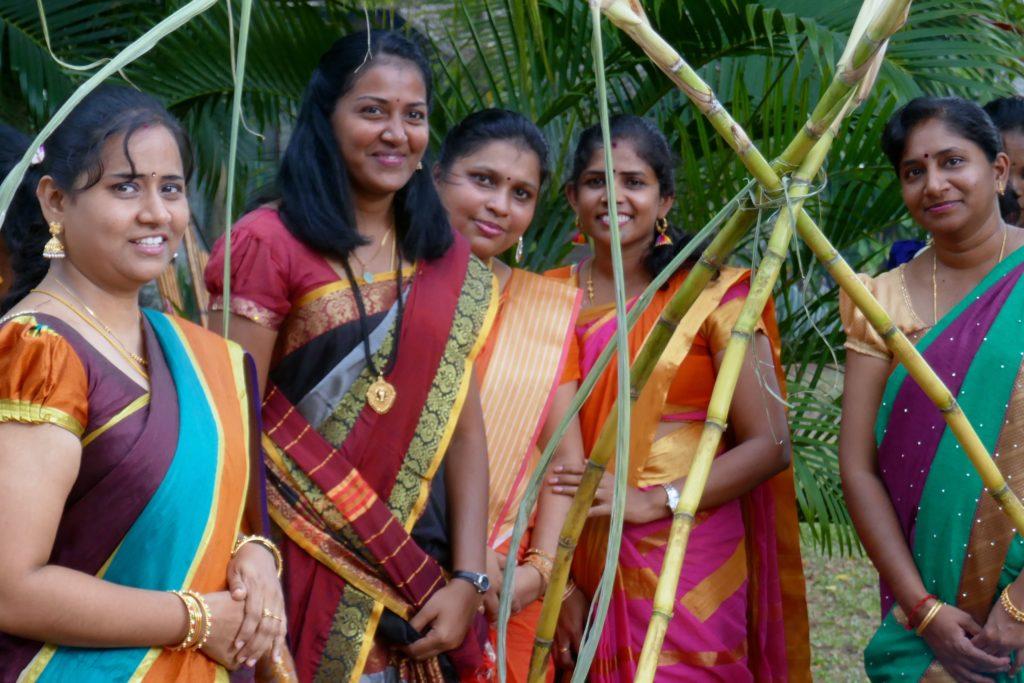 Pongal in George Town, Malaysia. Frauen in farbenfrohen Saris beim indischen Erntedankfest.