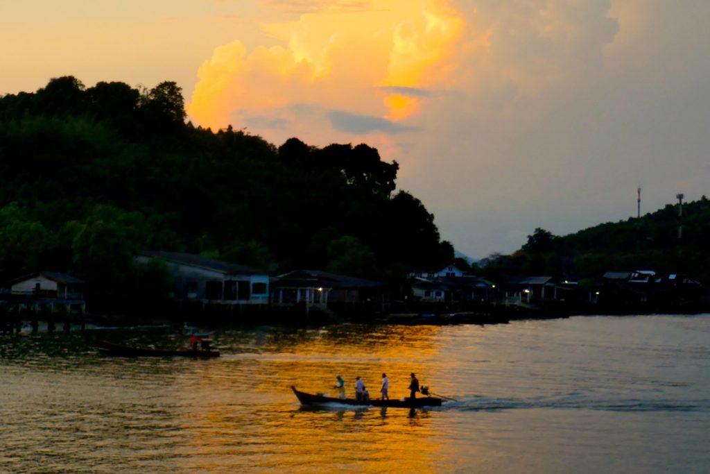 Abendstimmung an der Küste vor Ranong im Süden Thailands.