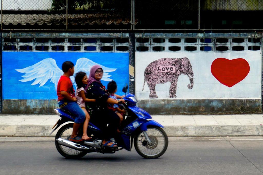 Menschen in Ranong. Unterwegs auf dem Moped.