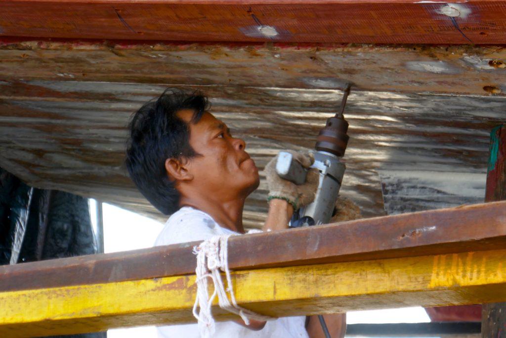Menschen in Ranong. Arbeit auf dem Werftgelände im Hafen von Ranong.