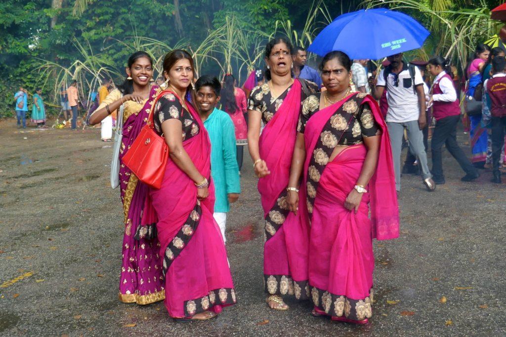 Gruppenbild beim indischen Erntedankfest Pongal in George Town, Malaysia.