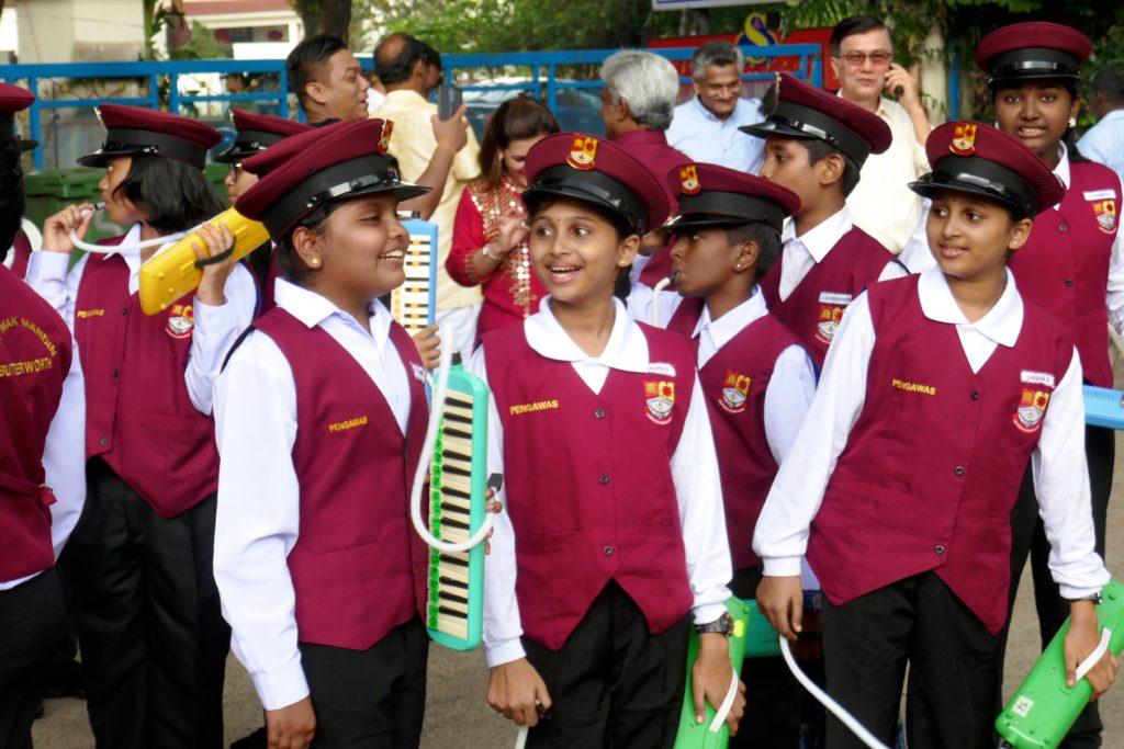 Jugendliche Musikanten nach getaner Arbeit beim Erntedankfest Pongal in George Town, Malaysia.
