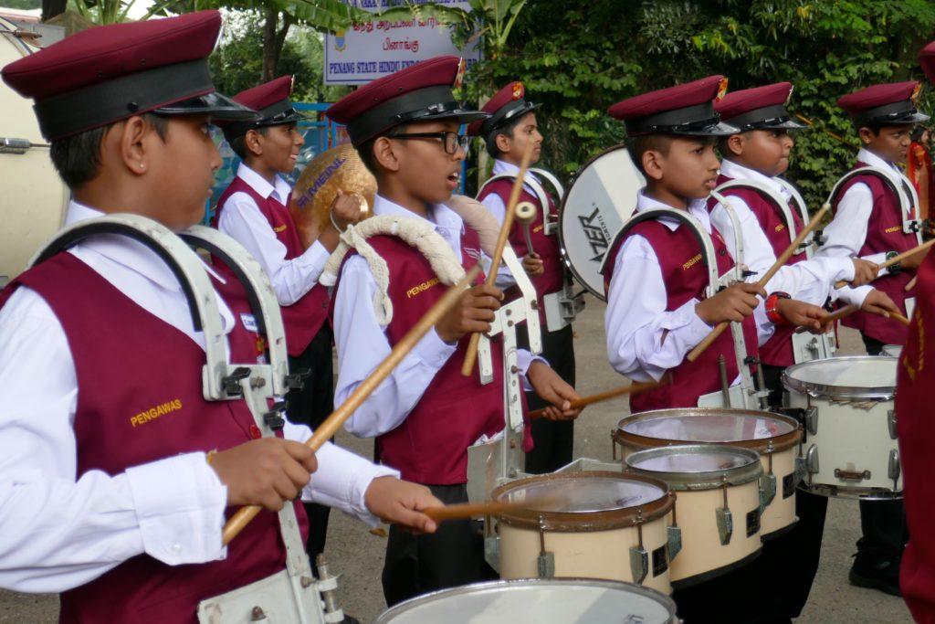Junge Musiker im Einsatz beim indischen Erntedankfest Pongal in George Town, Malaysia.