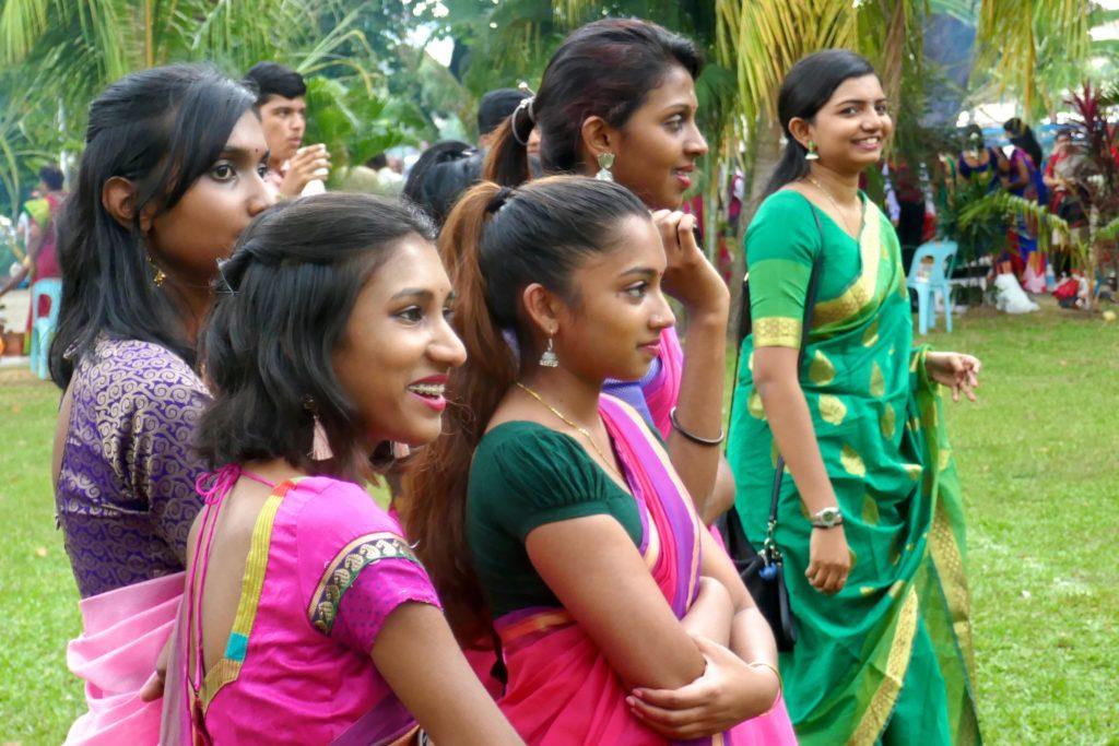 Pongal, indisches Erntedankfest in George Town. Zuschauerinnen bei Kabadi.