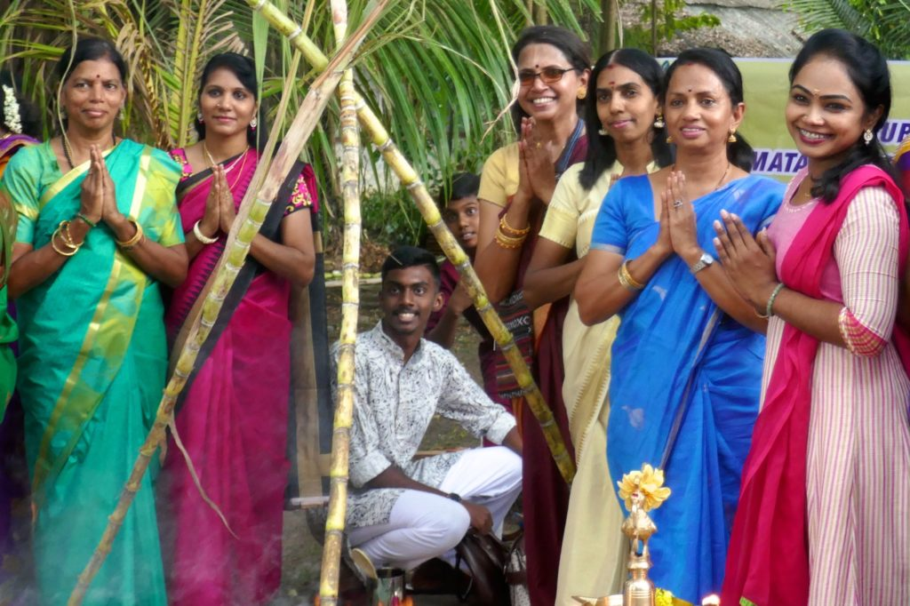 Festlich gekleidete Teilnehmer des indischen Erntedankfestes Pongal in George Town, Malaysia.