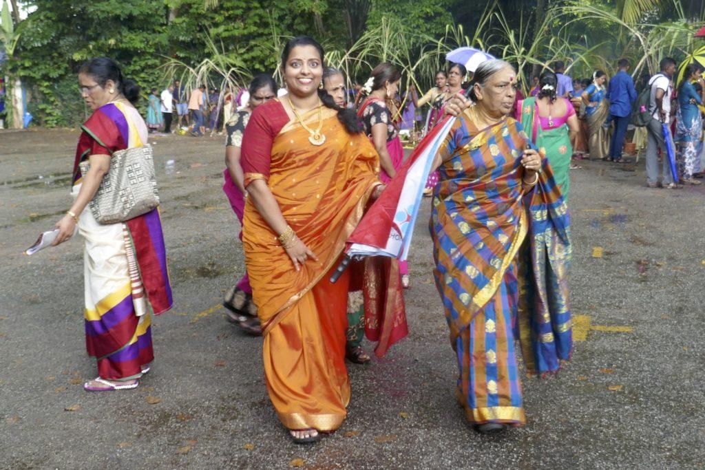 Nach dem Regen beim indischen Erntedankfest Pongal in George Town, Malaysia.