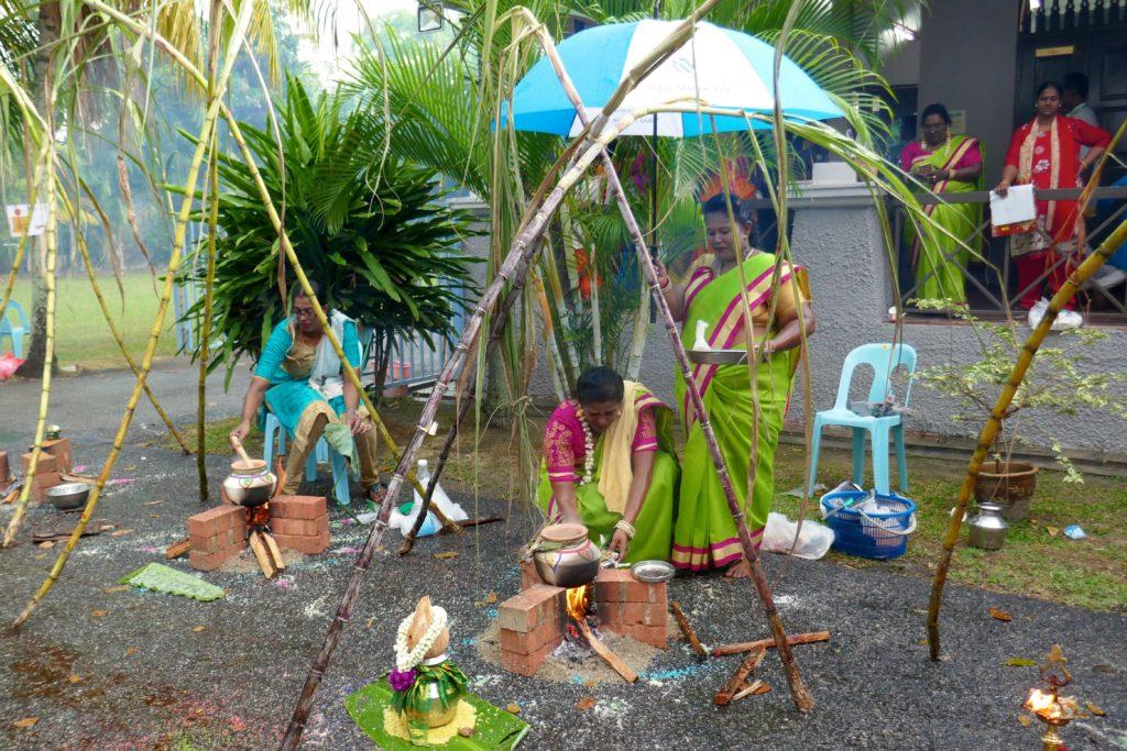 Pongal, indisches Erntedankfest im malaysischen George Town, im Regen.