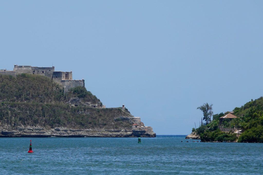 Das Castillo de San Pedro de la Roca an der Küste vor Santiago de Cuba.