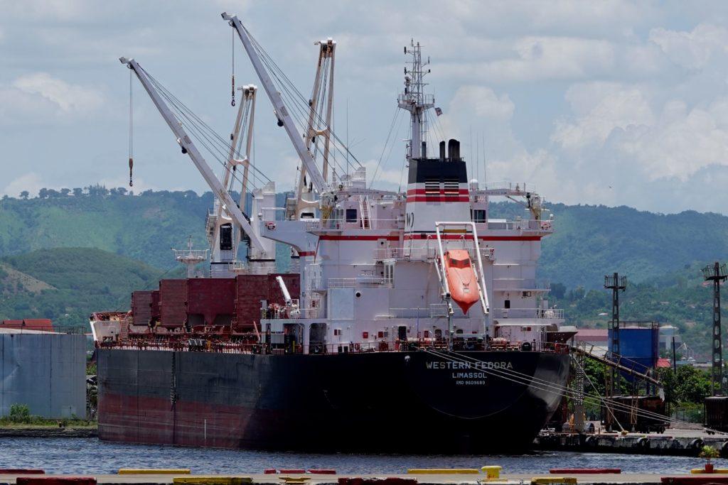 Western Fedora, Frachtschiff aus Zypern, im Hafen von Santiago de Cuba.