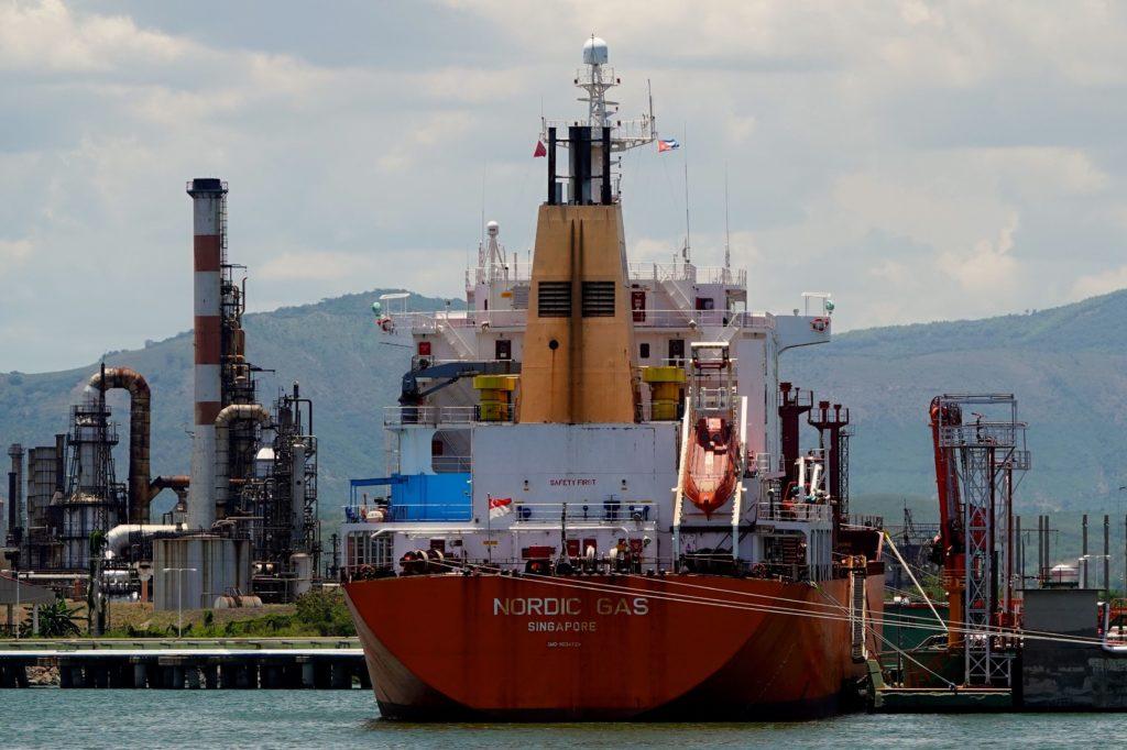 Tanker Nordic Gas aus Singapur im Hafen von Santiago de Cuba