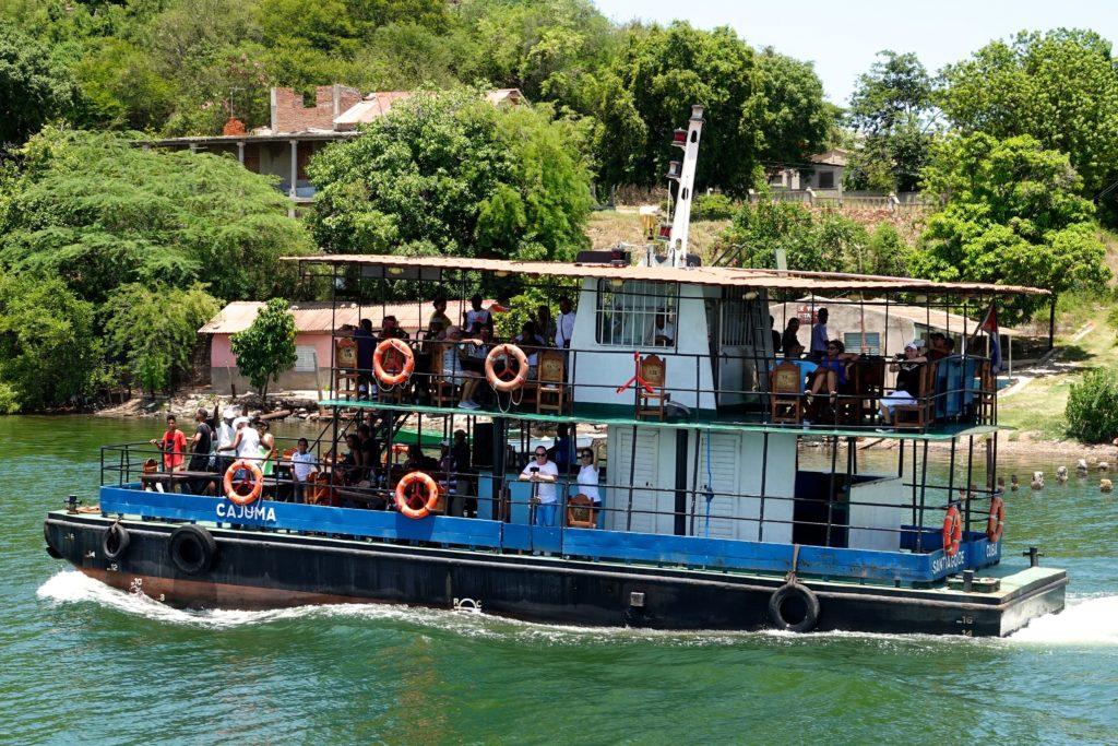 Die Cajuma unterwegs in der Bahía de Santiago de Cuba.