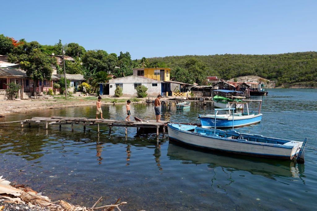 Kinder auf Bootssteg auf Cayo Granma.