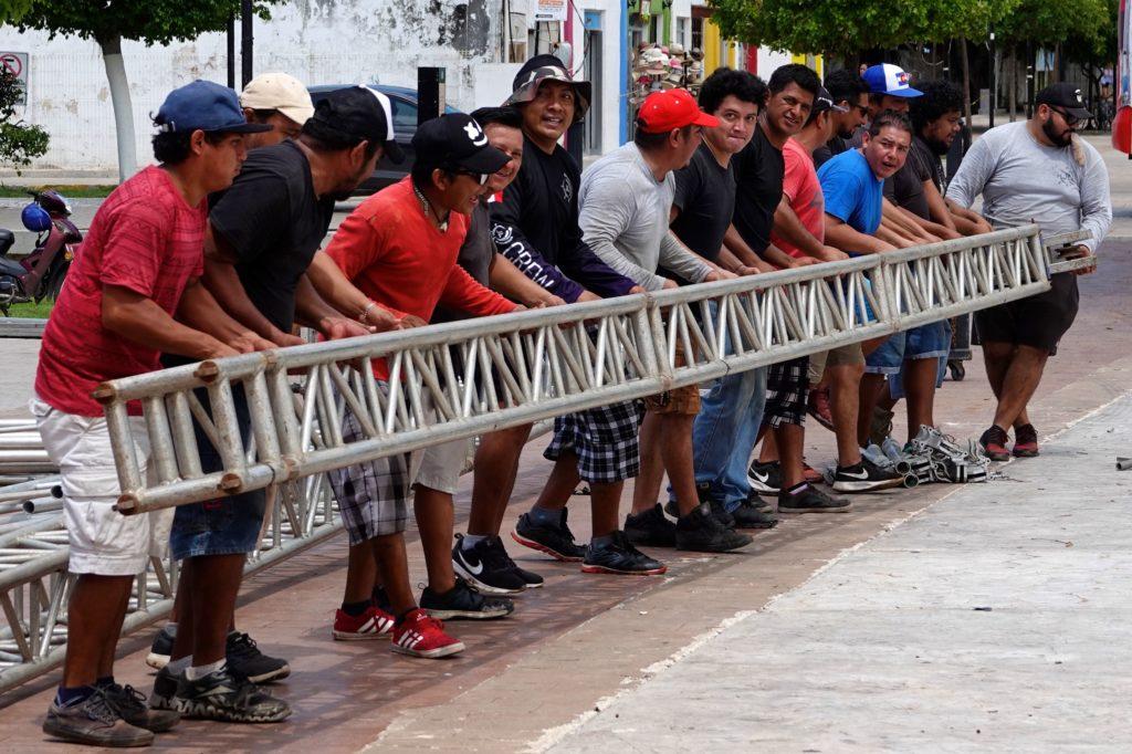 Männer mit vereinten Kräften in Campeche. Aufbauarbeiten vor mexikanischem Nationalfeiertag.