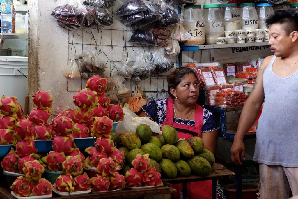 Pitayas auf dem Markt im mexikanischen Campeche.