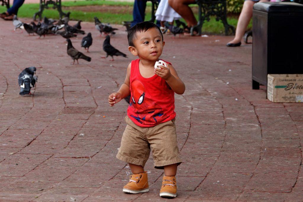 Kleiner Junge im Parque Principal von Campeche.